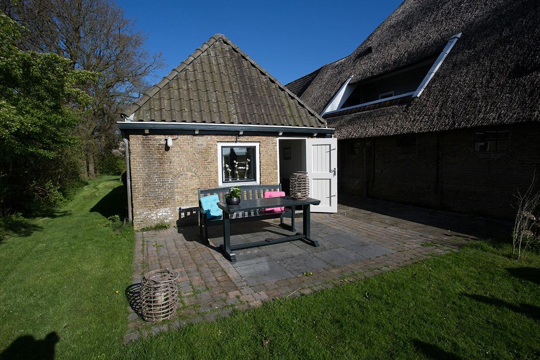 Lyklamastate_Bed_&_Breakfast_Hotel_Overnachten_Boerderij_Friesland_Noord_Nederland_Bakhuisje