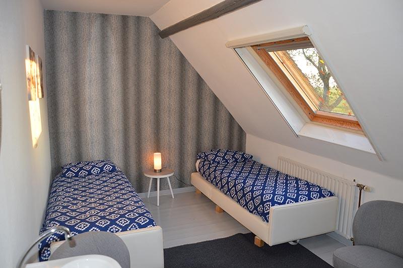 bed-and-breakfast-overnachten-lyklamastate-friesland-noord-nederland-nijemirdum-friesland-slaapkamer-weekendje-weg